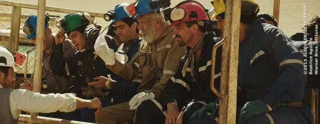 Die Bergleute um  Mario Sepúlveda (Antonio Banderas, 2. von rechts) fahren in die Mine ein.