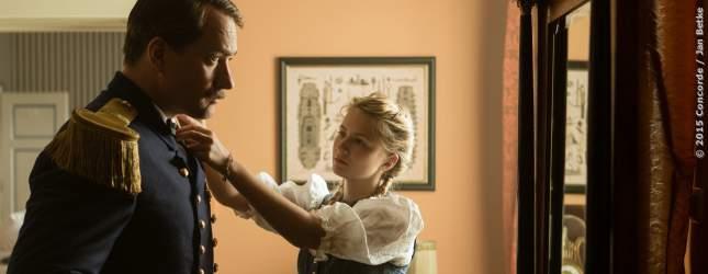 Tochter Agathe (Eliza Bennett) hilft ihrem Vater Georg von Trapp.