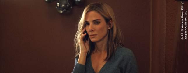 Jane (Sandra Bullock) ist besorgt und konzentriert beim Telefonat.