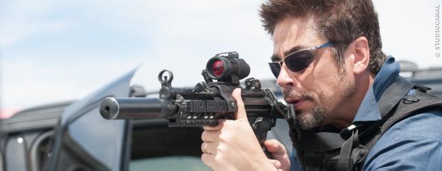 Benicio del Toro als Alejandro, hochkonzentriert bei einem gefährlichen Einsatz der Task-Force.