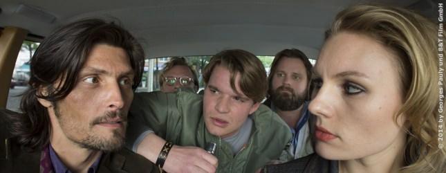 Als Taxifahrerin hat Alex sich an anstrengende Beifahrer gewöhnt, aber manchmal springt auch eine interessante Bettgeschichte dabei raus.