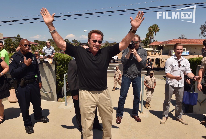 Während andere Opas in Rente sind, macht Arnold Schwarzenegger nochmal einen Triumphzug durch Camp Pendleton.