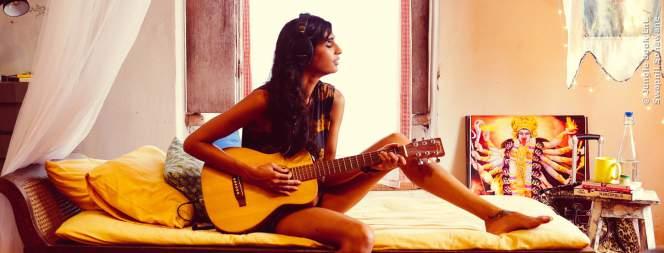 Mad (Anushka Manchanda) versucht mit ihrer Musik Geld zu verdienen.