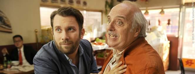 Jan (Christian Ulmen) will seinen Stiefvater zurückhalten.