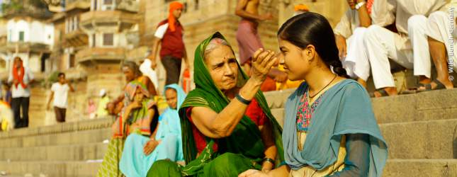 Nidhis Großmutter ist stolz auf ihre kluge Enkelin.