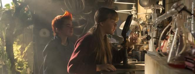 Bulle (Eilif Noraker) und Lise (Emily Glaister) mit der Postkarte.