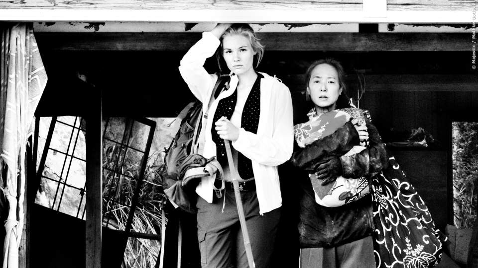 Marie (Rosalie Thomass) und Satomi (Kaori Momoi) im zerstörten Haus.