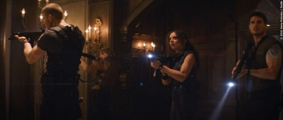 """Albert Wesker (Tom Hopper), Richard Aiken (Chad Rook), Jill Valentine (Hannah John-Kamen) und Chris Redfield (Robbie Amell) auf Beutezug in der Spencer-Villa, die Roberts in seinem Film natürlich als """"verdammt gruselig"""" beschreibt. Recht hat er ja."""